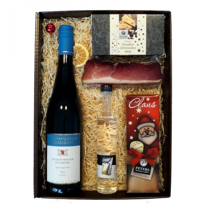 Weihnachtsgeschenk mit Stollen, Wein, Pralinen